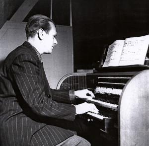 Gunnar Edman vid orgeln.