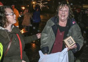Förra årets Ljushuvud Elsie Jonsson Ekving blev så här glad över utmärkelsen!