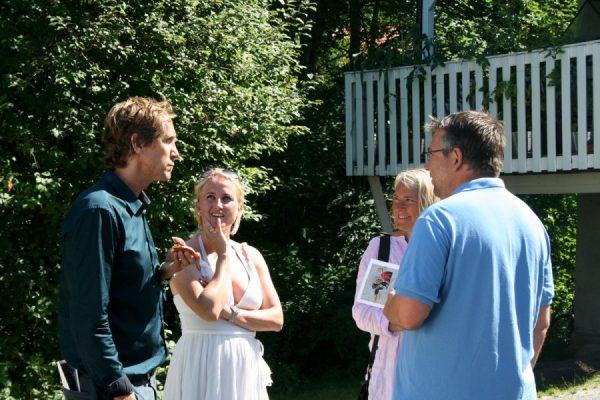 Anders med hustru samtalar med besökare.